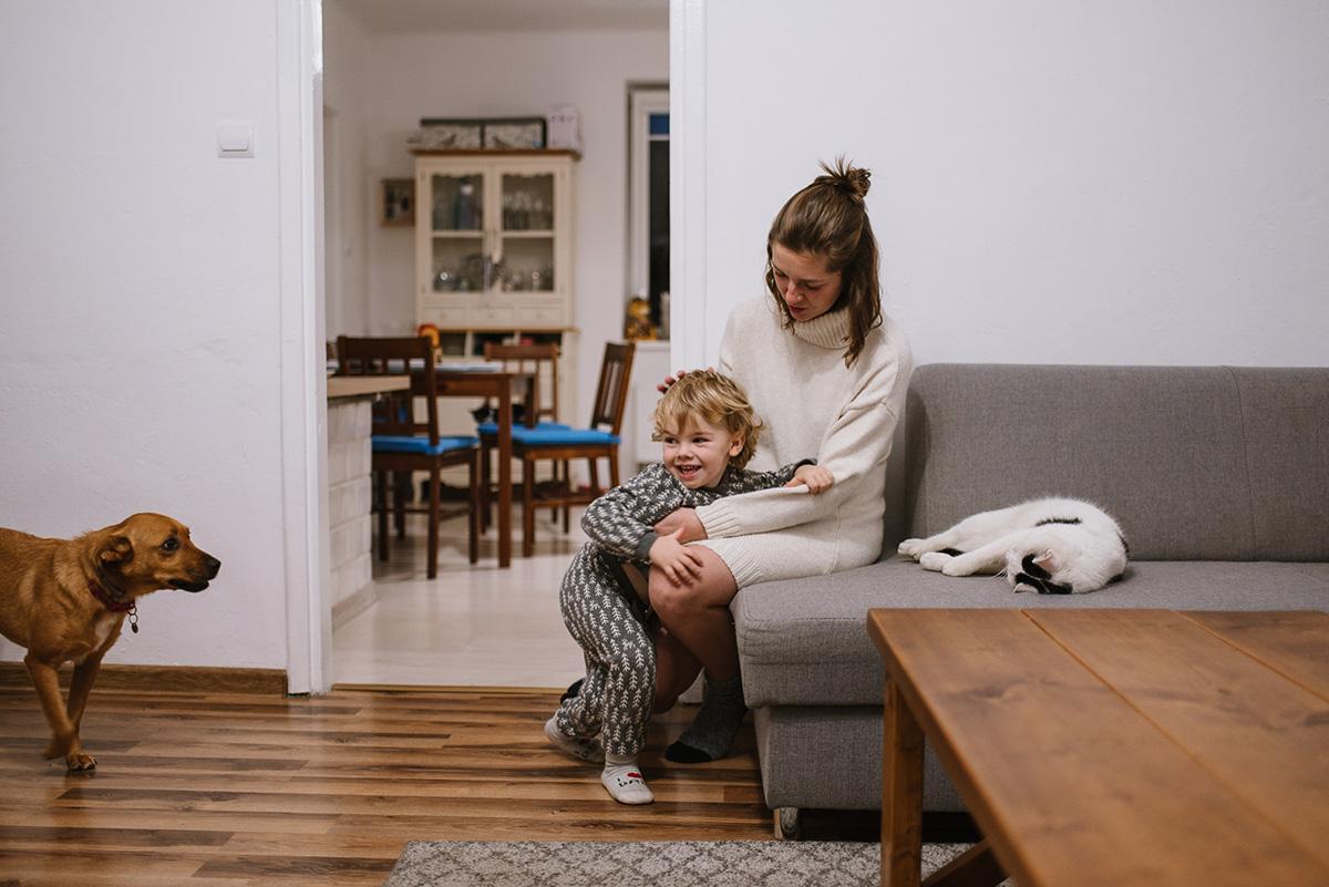 Rodzinna sesja lifestylowa w domowym zaciszu