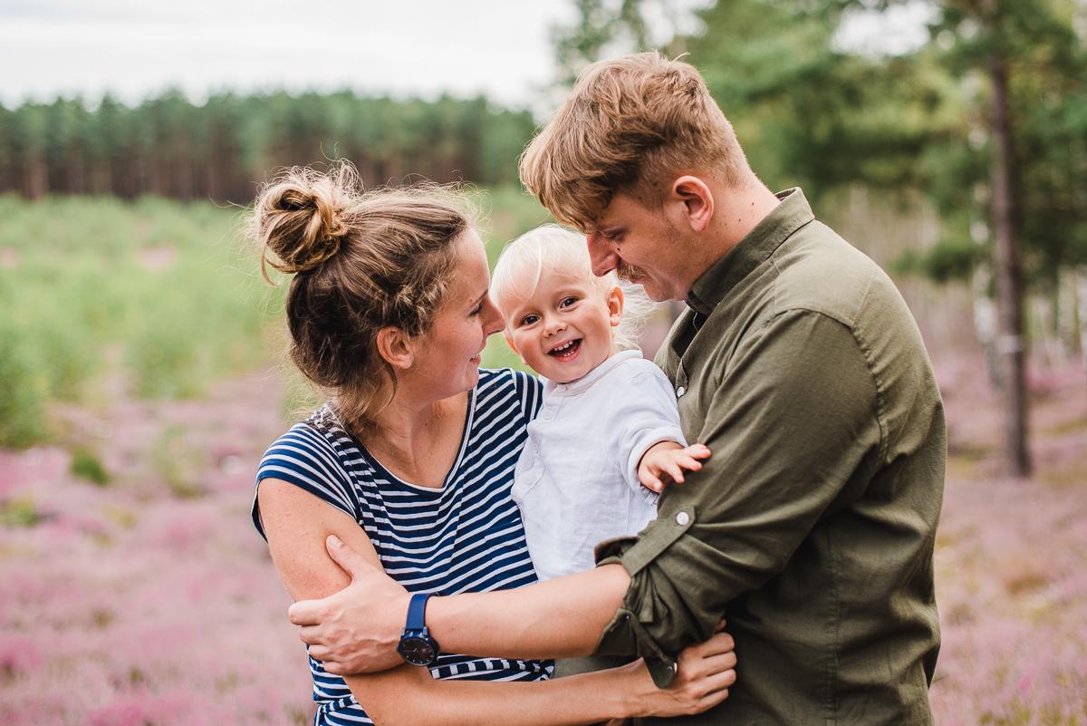 Rodzinna sesja ciążowa we wrzosach