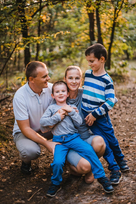 Sesja rodzinna z dwójką energicznych dzieci