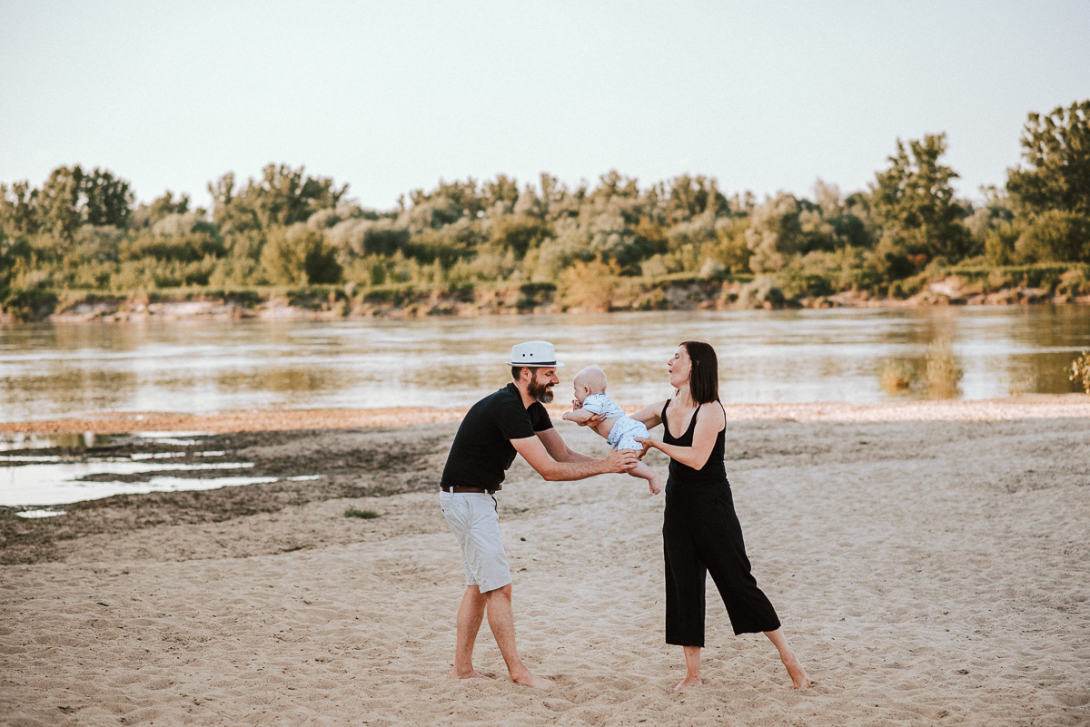Sesja rodzinna na dzikiej plaży pod Warszawą