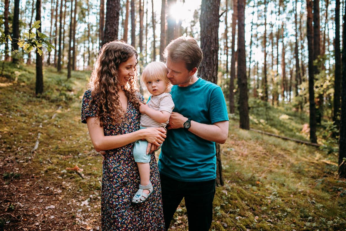 Naturalna sesja rodzinna w lesie